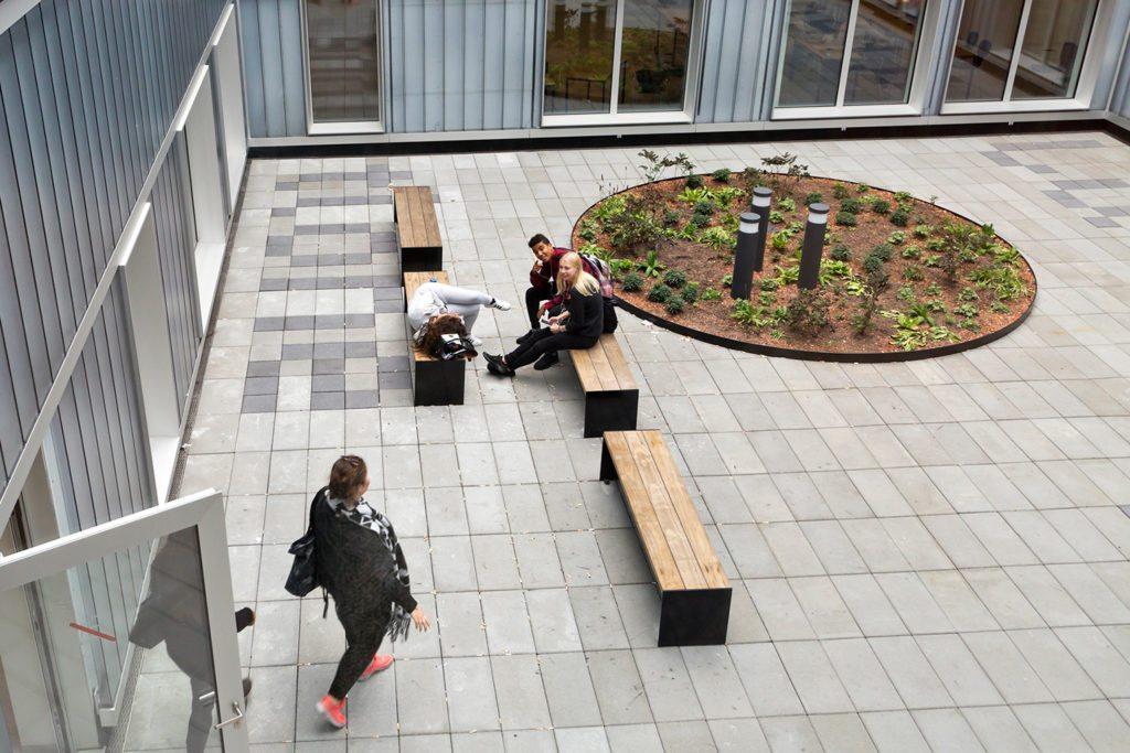 Brolægger Roskilde, mennesker sidder på bænken udenfor