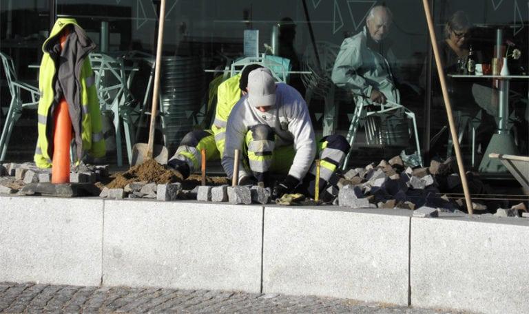 Lægning af natursten Roskilde, medarbejdere lægger sten